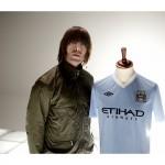 Liam präsentiert das neue Man City Heimtrikot